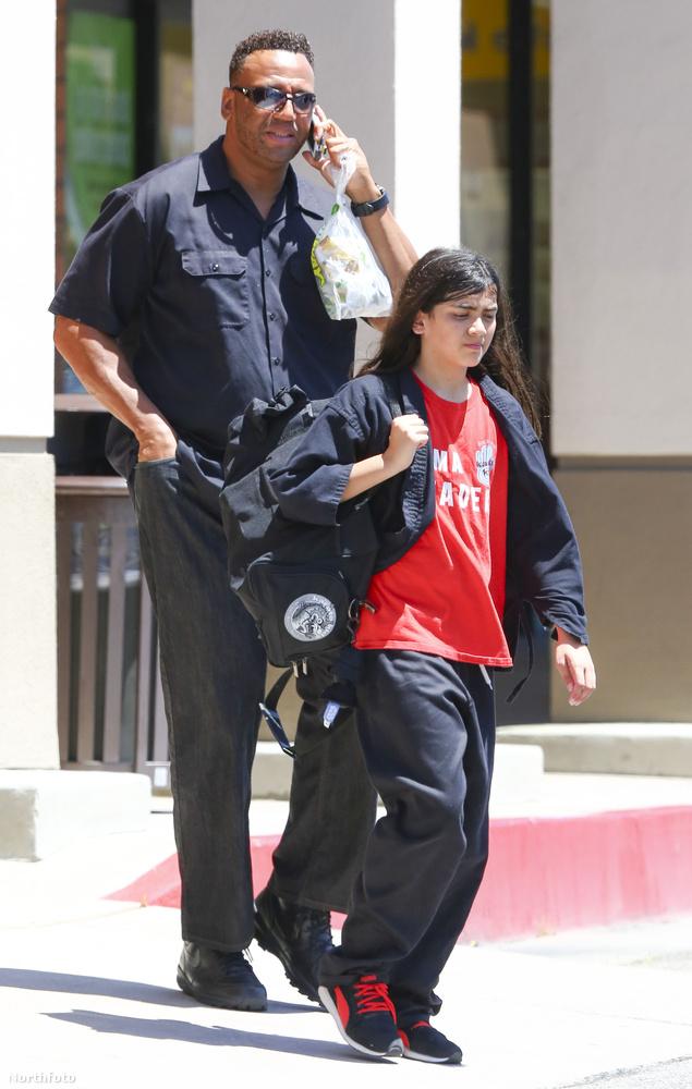 Michael Jackson kisebb fiáról, az egyszerűség kedvéért Prince Michael II-ről (az idősebb fiú neve simán Prince Michael) annyit tudunk, hogy olyan, mint bármelyik átlagos 13 év körüli gyerek: karatézni jár és fiúként van hosszú haja.
