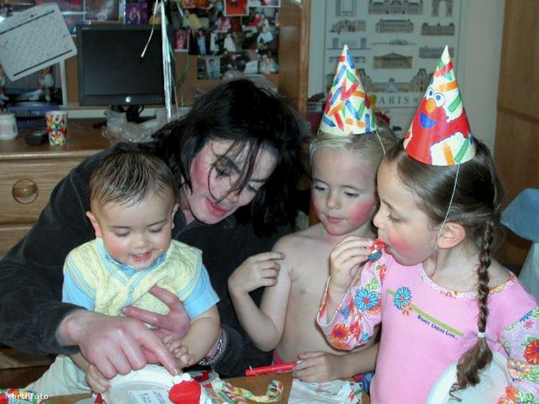 Tűnődött már Michael Jackson 2009-es halála óta valaha is azon, mi lehet most Michael Jackson gyerekeivel? Egyáltalán tudta, hogy van három saját gyereke? Ha igen, ha nem, ha mindkettő, ha egyik sem, most aztán megmutatjuk, hogy mi van mostanában azzal a három emberrel, aki az egész világon a legközelebb állt a _pop királyához_ (reméljük, a világ sose fogja megunni ezt az eposzi jelzőt!)