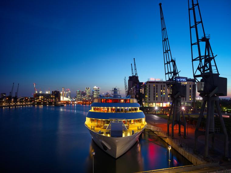 Számos szobából a The Royal Docks kikötőre nyílik remek kilátás.