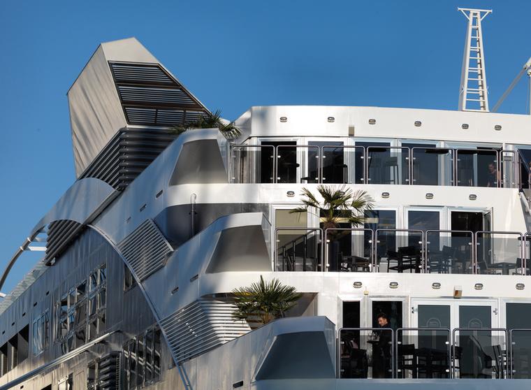 A hotelben tényleg kimaxolták a luxust, napozóterasz, étterem és bár is megtalálható a fedélzeten.