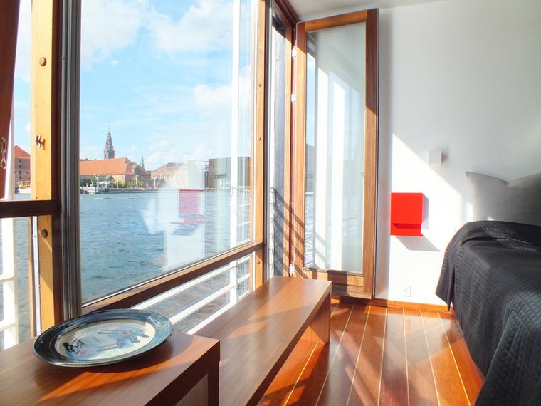 A másik meg az, hogy ilyen szép nagy ablakai vannak, ezért bárhova is vetődik a hajón, mindenhonnan pazar a kilátás.
