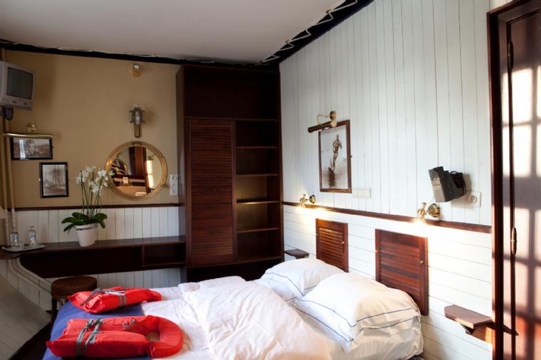 A szobák aprók, viszont otthonosak, és tengerészeti stílusban lettek berendezve.