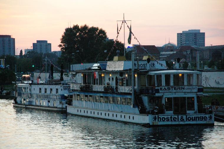 A hajótól mindössze néhány méternyire vannak a berlini fal romjai és a belváros, valamint Friedrichshain negyedének klubjai és bárjai, amelyekben egyebek mellett finom német söröket ihat