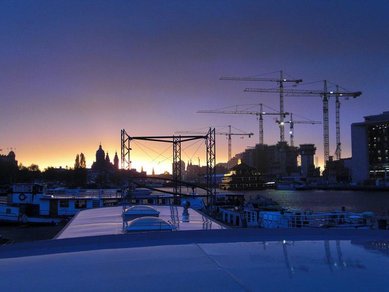 Viszont cserébe legalább a város legnyüzsgőbb részén, az óváros központjában található, ami közel esik a Waterloo térhez, sőt a piros lámpás negyedhez is.