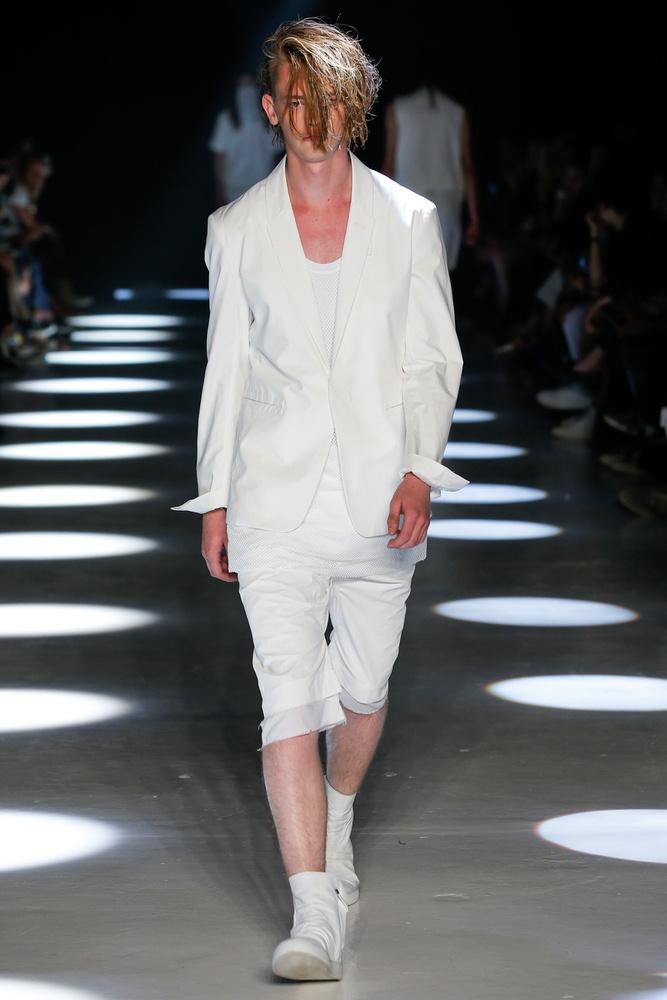 Alexandre Plokhov tervező ennek a modellnek például az arcába fésülte a haját