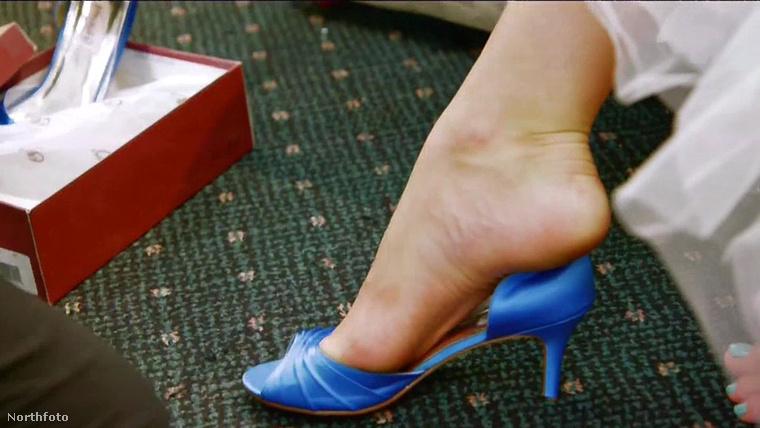 Mondjuk hogy királylánycipőt nem gyártanak ekkora lábakra.