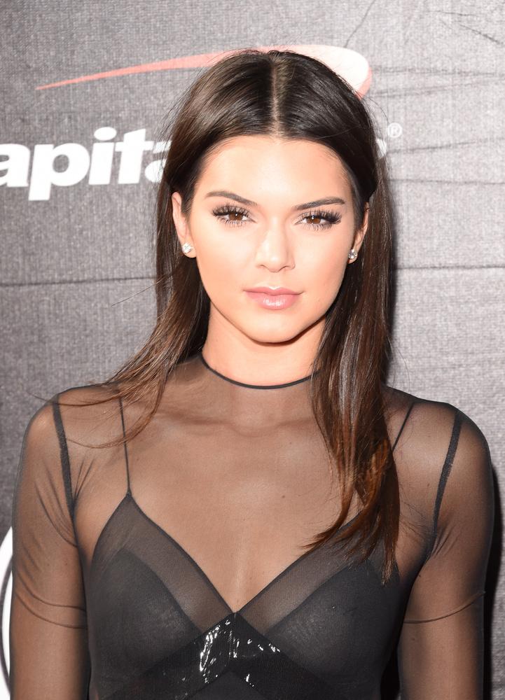 Nos, Kendall Jenner a nyertes és ha nagyon figyelik, akkor láthatják is az ékszert