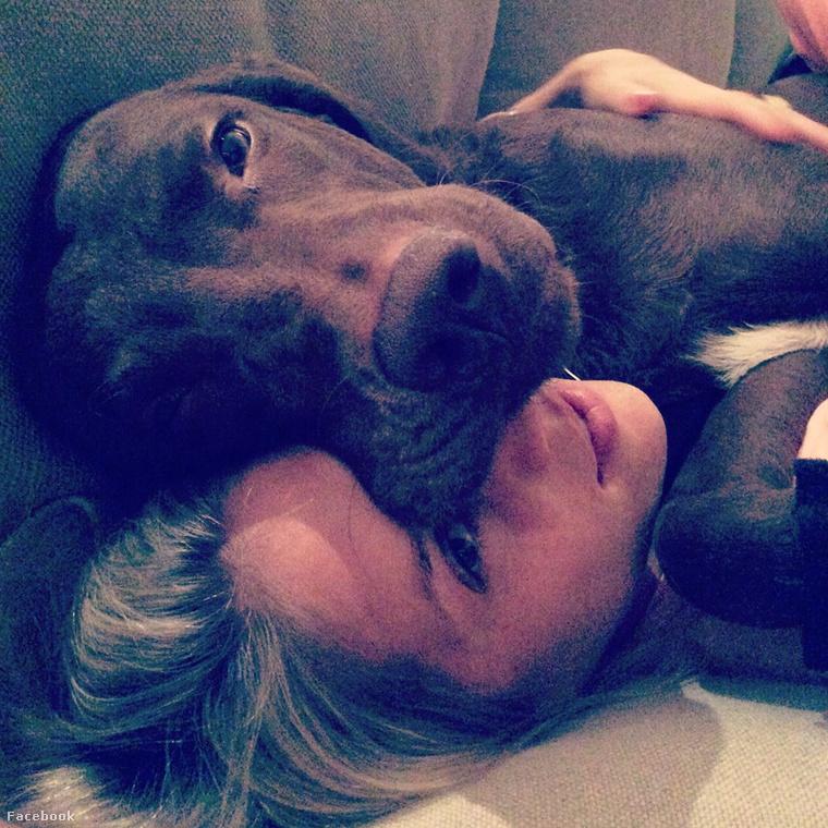 Facebookon és Instagramon is viszonylag aktív, a kutyáját nagyon szereti