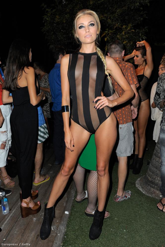 De nemcsak ő jelent meg néznivalóan ezen a bikinis divathéten, úgyhogy most mindenféle komolykodás nélkül jócsajokat fogunk mutogatni, ugyanonnan.