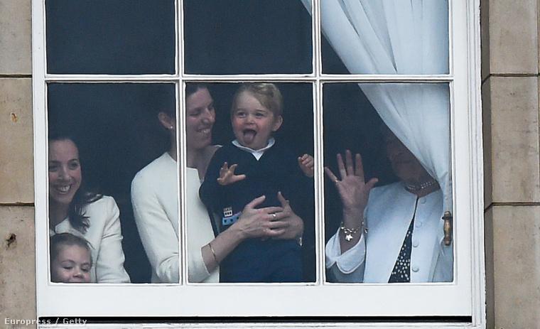 És grimaszolhat az ablakban akkor is, ha épp a dédanyja, vagyis a királynő születésnapját ünnepli az ország.