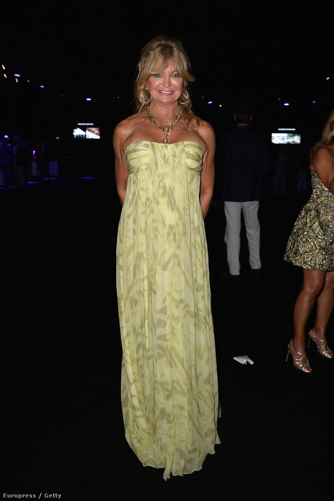 Goldie Hawn leégése már kevésbé látványos, de öltözéke alapján a strandról érkezett meg a partira...