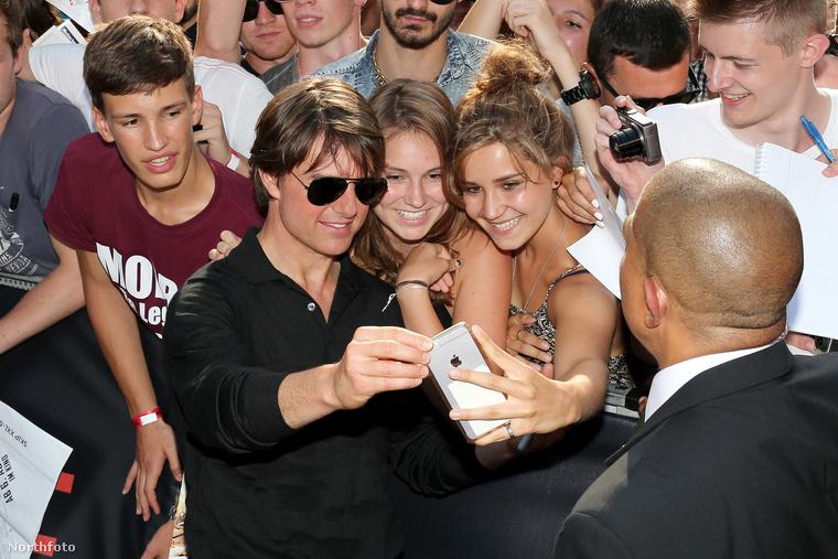 Nem csoda persze a rajongás: a színész ritkán mutatkozik, van, hogy fél évig színét se látjuk.