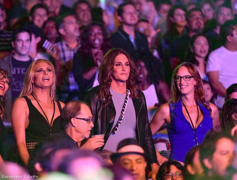 Az egykori olimpikon, Kardashian mostohaapja a szintén transznemű barátnőjével, Candis Cayne-nel együtt ment el a Culture Club Los Angeles-i koncertjére