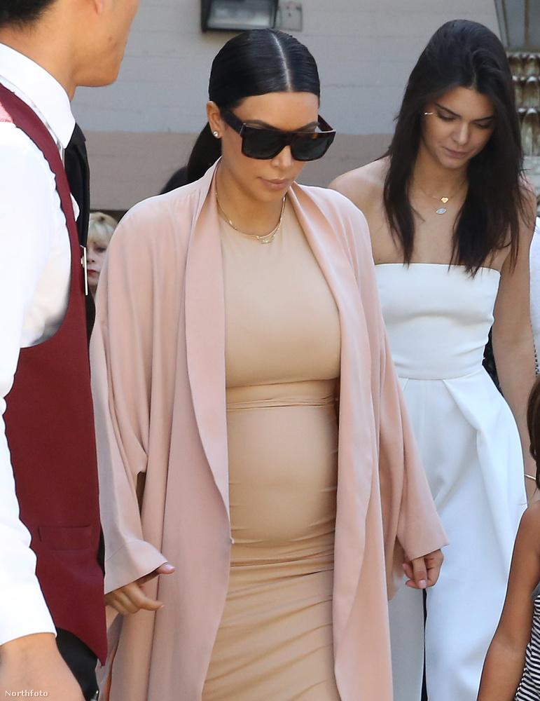 Itt fehérben Kendall Jenner is látható, ő modell, és a féltestvérük