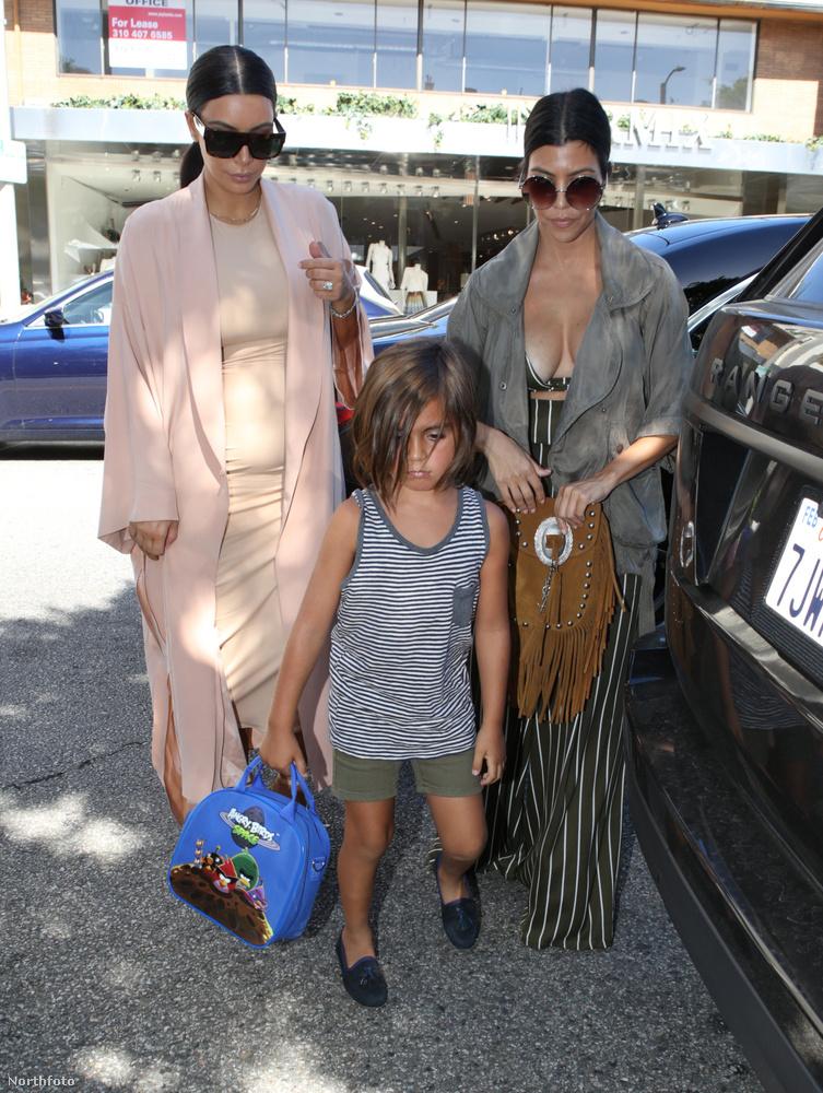 Balra Kim, jobbra Kourtney Kardashian, köztük Mason, aki az utóbbi fia.