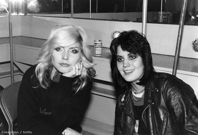 Debbie HarryA Blondie énekesnője eredetileg Angela Trembl néven született, ezen a képen pedig Joan Jett-tel látható 1970-ben,