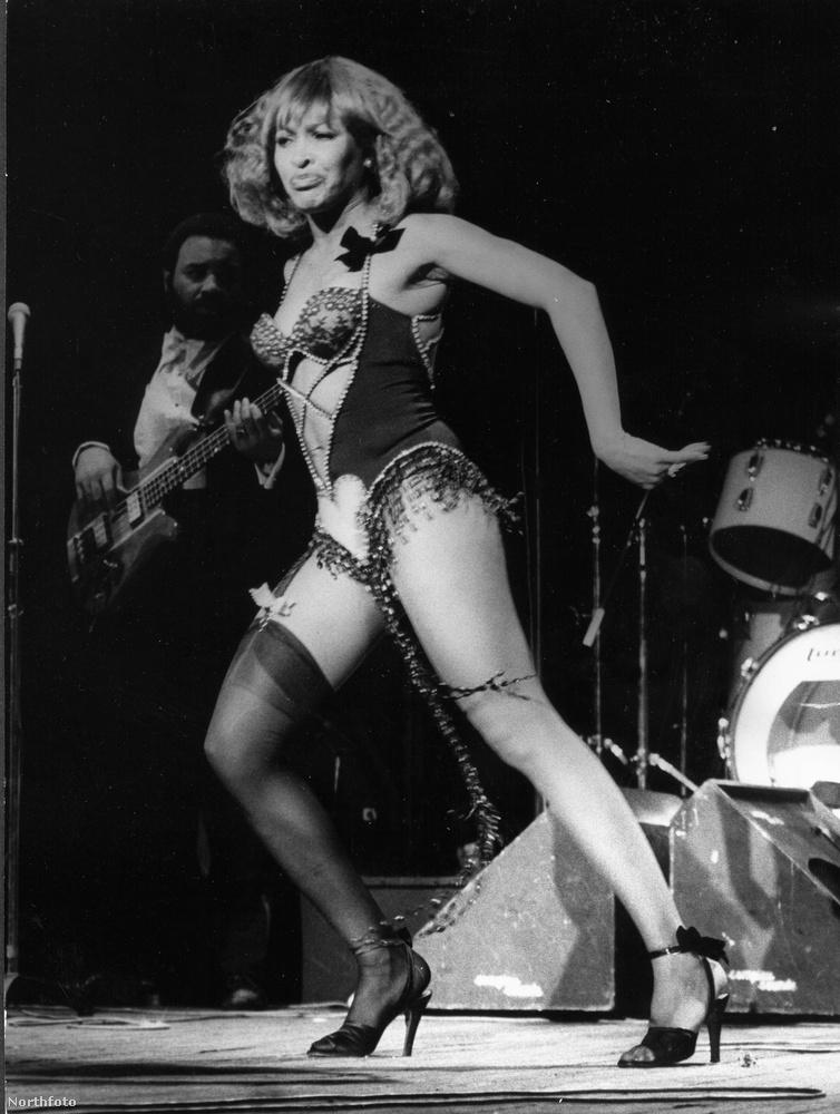 Tina TurnerAz énekesnő, akit még a Wikipédia is a Rock 'n' Roll királynőjének nevez, ezen a képen 38 évesen táncikál