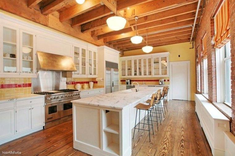 Ez a kis luk egyébként 770 négyzetméteres, és a konyha is annyira snassz, hogy márványból készítették a pultot...