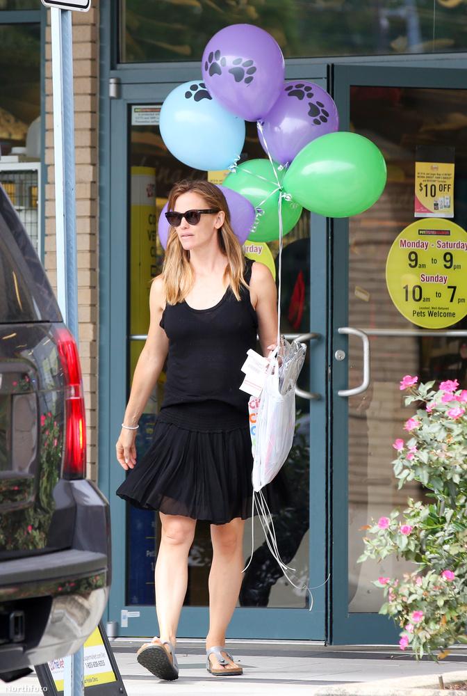Jennifer Garner látható a képen, pár hete lufikat vásárolt.