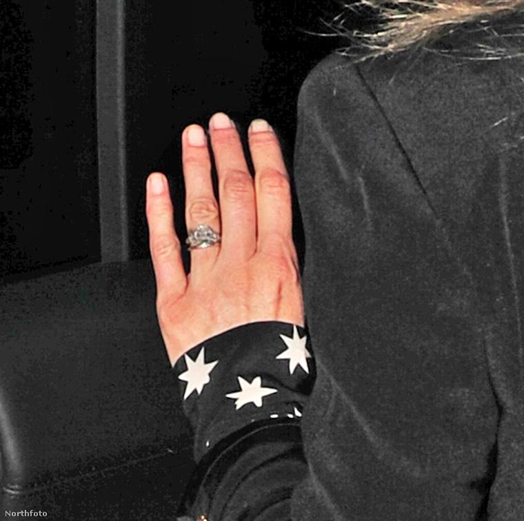 Ami tuti, hogy július 29-én Mosst Londonban úgy fotózták le, hogy még rajta volt a férjétől négy éve kapott gyűrű.