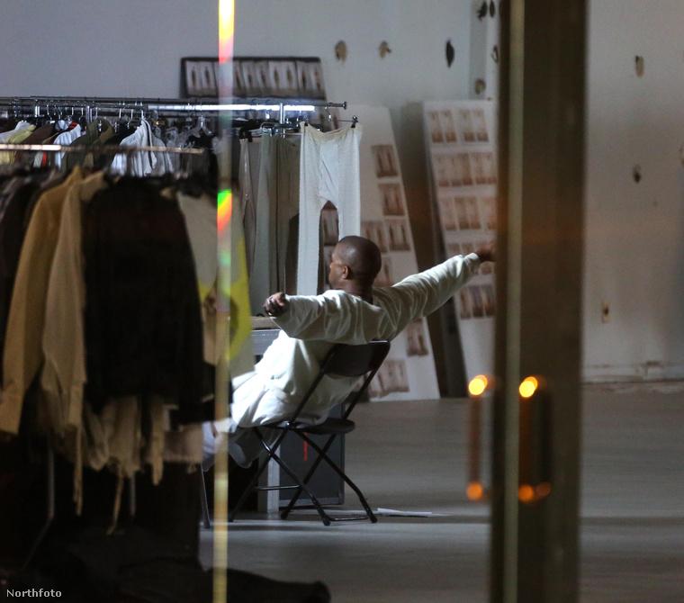 Kanye West tervezett egy adag ruhát, amit meózásra megmutatott a feleségének, Kim Kardashiannak