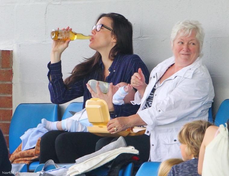 Egyik kezével a gyereket eteti, másikkal hideg sört iszik