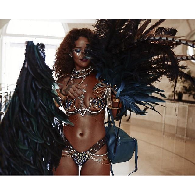 Tollakban pompázott, a ruhát a Zulu International készítette