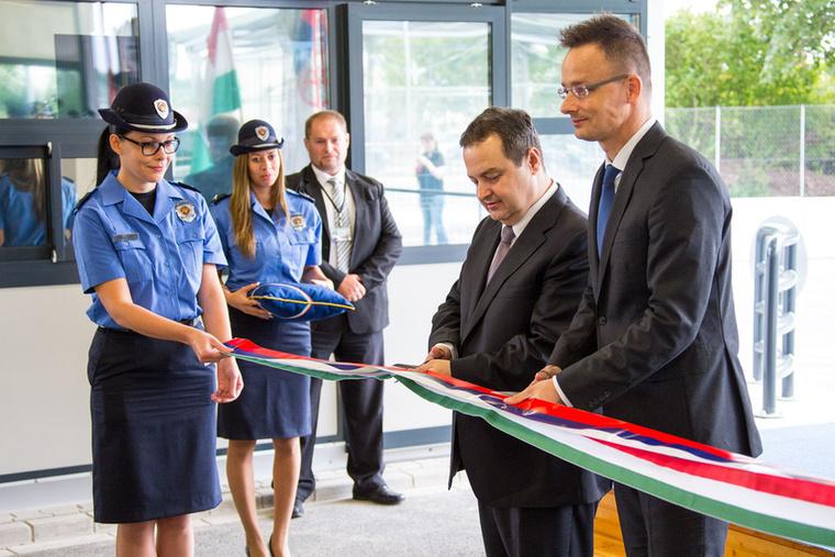 Ennél a közútihatárátkelőhely-megnyitós képnél nyilván nem Szijjártó Pétert kell nézni, hanem a tündérszép rendőrnőt