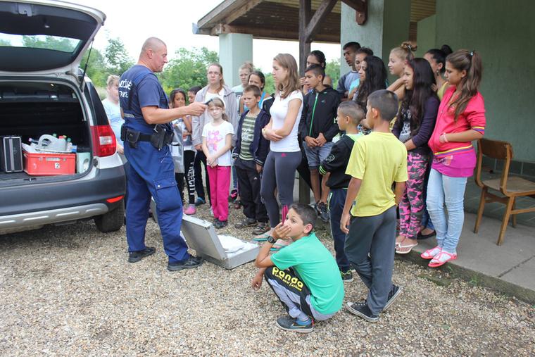 A rendőrök persze nemcsak elveszett gyerekek közelében vannak: már megint volt egy bűnmegelőzési tábor, ezúttal Pacsmagon.