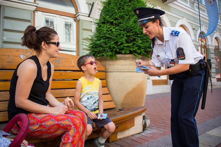 A Csongrád megyei rendőrök jóvoltából kiderült, hogy készülnek a turisztikai idényre, méghozzá egy szupercsini rendőrnővel.