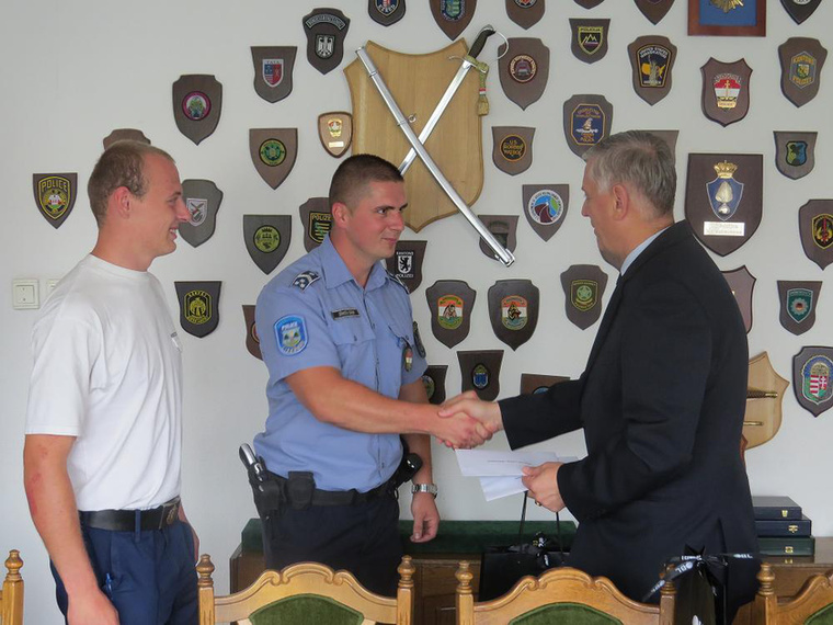 Még jobb: Dömsödi Gábor rendőr törzsőrmester (körzeti megbízott) és Kovács Gábor rendőr hallgató Izsákon megmentették egy férfi életét, ezért kitüntették őket