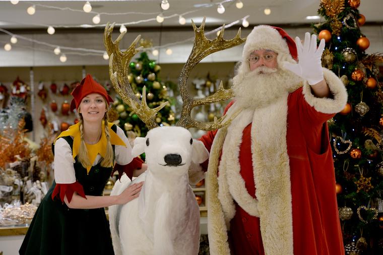 Lefordítottuk az eredeti képaláírást Google-fordítóval, hogy hangulatában tökéletesen passzoljon a képhez: Egy férfi öltözött Mikulás és egy hölgy öltözött , mint egy karácsonyi elf mellett egy rénszarvast , mint Selfridges megnyitni a karácsonyi boltban a zászlóshajó store Oxford Street London