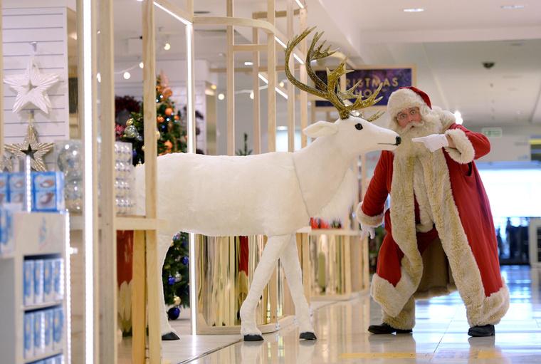 Hogy miért tették mindezt? Mert megnyílt a Selfridges áruházlánc karácsonyi tematikájú üzlethelyisége Londonban.