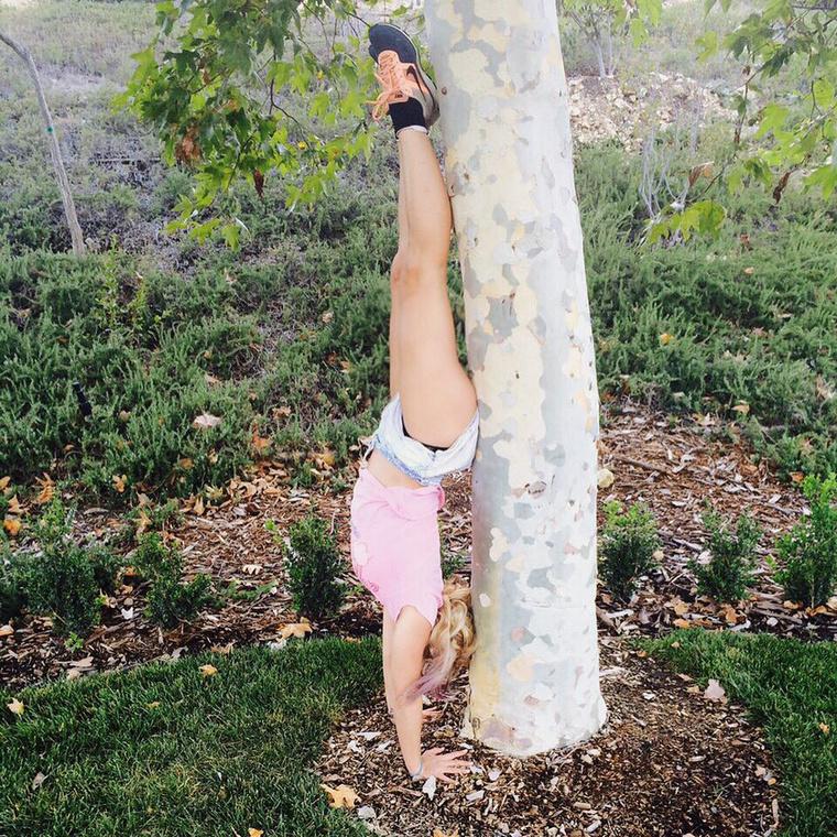 Britney Spears sem semmi, igaz, itt egy fa is besegít a mutatványhoz.