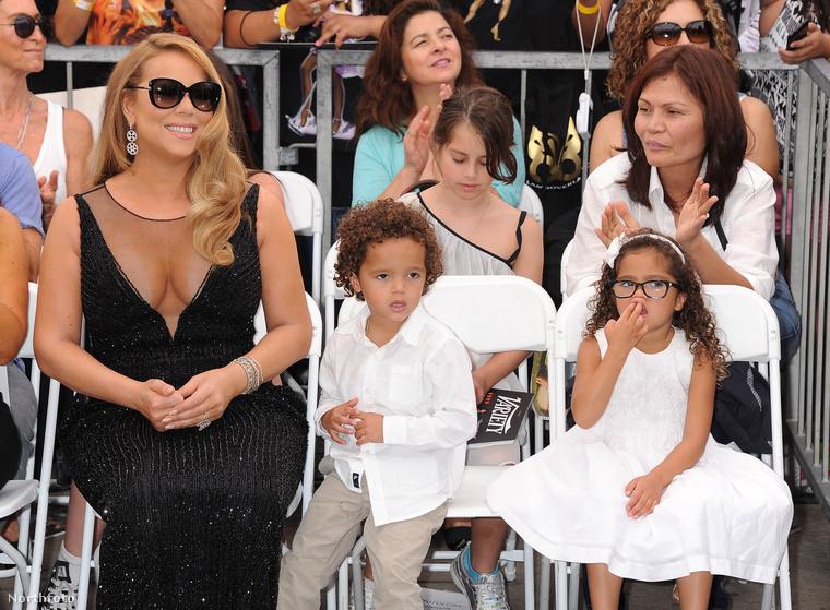 Mariah Carey egyébként nem csak óriásdekoltázsát, de gyerekeit is elvitte a nagy eseményre