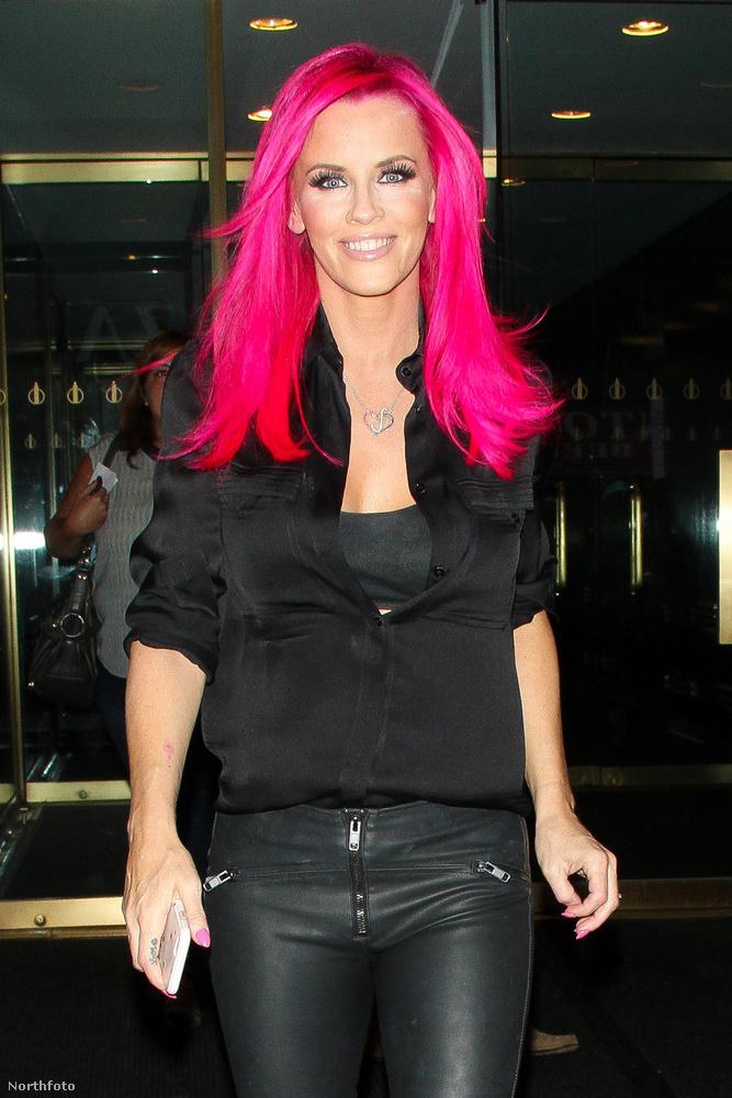 Most viszont szokja meg ezt a színt, mert nagyon úgy néz ki, hogy a modell haja pink marad
