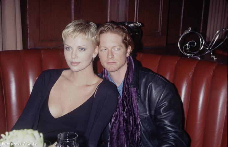 A 90-es években a 80-as évek egyik legnépszerűbb színészével, Eric Stoltz-cal járt.
