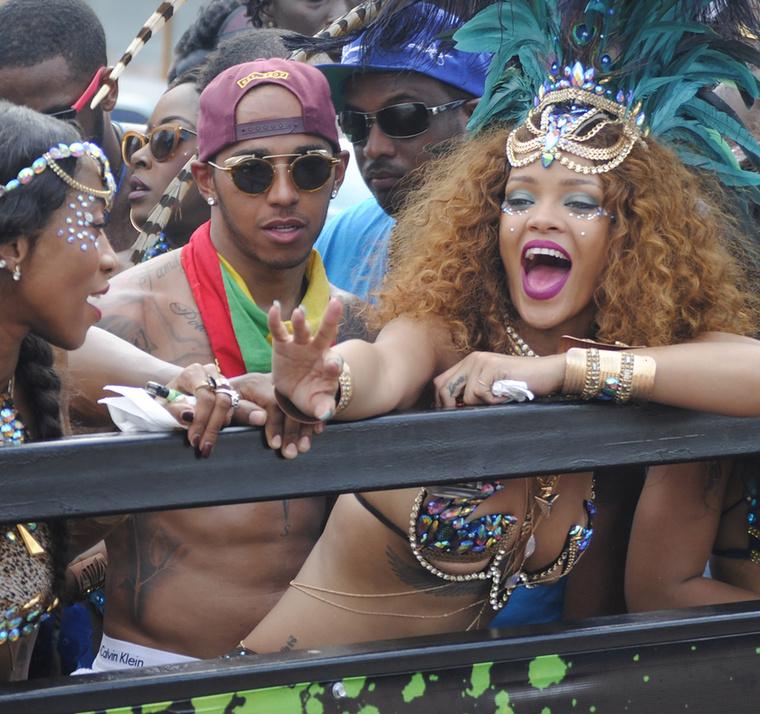 Rihanna Barbadoson karneválozott egyszál semmiben, és valószínűlegfiúja, Lewis Hamilton is eléggé elengedte magát a buliban.
