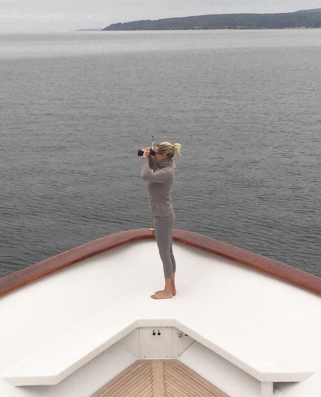 Ilyen hajón, ilyen környezetben tölti a szabadidejét.