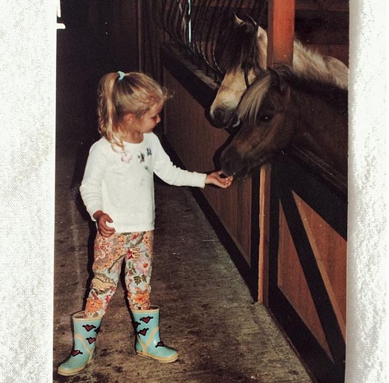 Amikor nem nyaraltak vagy síeltek, a kislányok elvoltak a lovaikkal