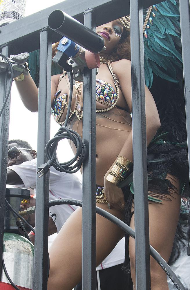 ...ugyanis pár napja, amikor Rihanna egy karneválon táncikált ebben a szintén nem túl visszafogott szettben...