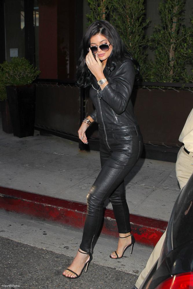 Jenner egy bőrhatású kezeslábast húzott