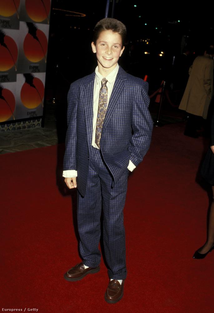 És végül nézze meg a legjobbat, ezt az 1987-es fotót, ami az akkor 13 éves Christian Bale-ről készült A Nap birodalma bemutatóján