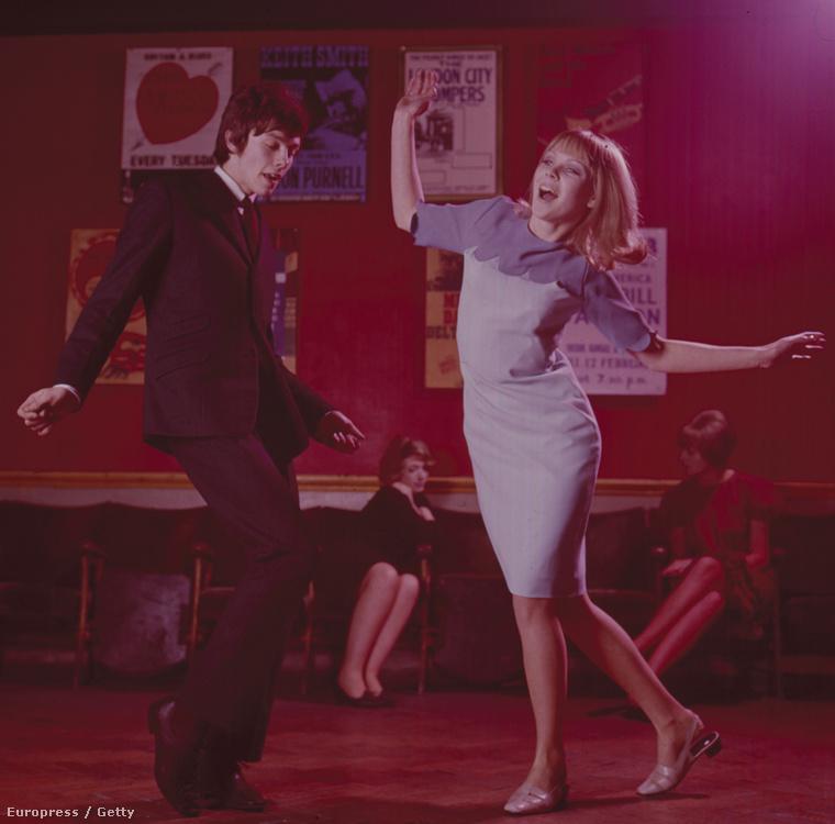 Ezen az 1965-ös londoni képen hátul kicsit leült a hangulat, de elől még jónak tűnik a buli.