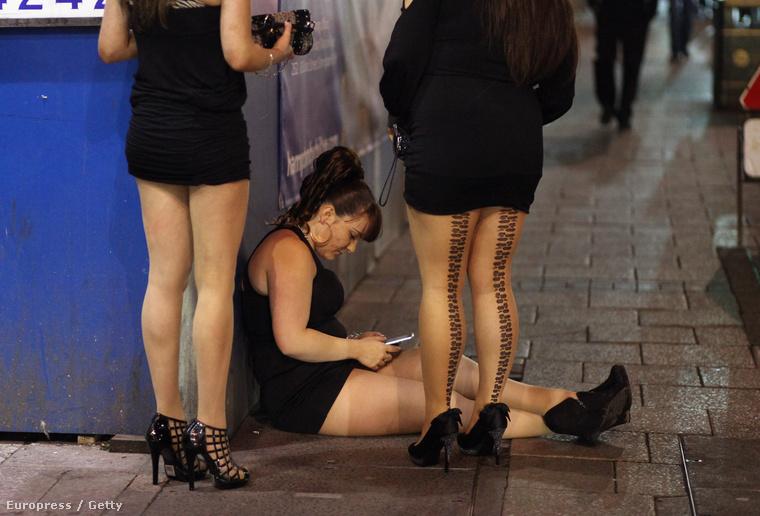 A brit fiatalok leginkább arról híresek, hogy mindig csúcsra járatják a bulit, így ha jobban el akar ázni, mint ők, akkor nagyon össze kell szednie magát! Ez a lány például 2012-ben Birmingham belvárosában érte el ezt az állapotot, amit a földön ülve a telefonja nyomkodásával próbált kompenzálni, láthatóan kevés sikerrel.