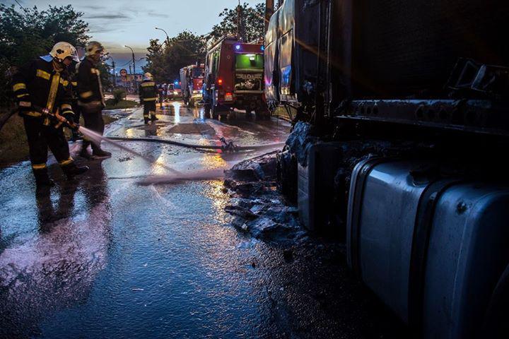 A tűzoltók két vízsugárral oltották el a tüzet.