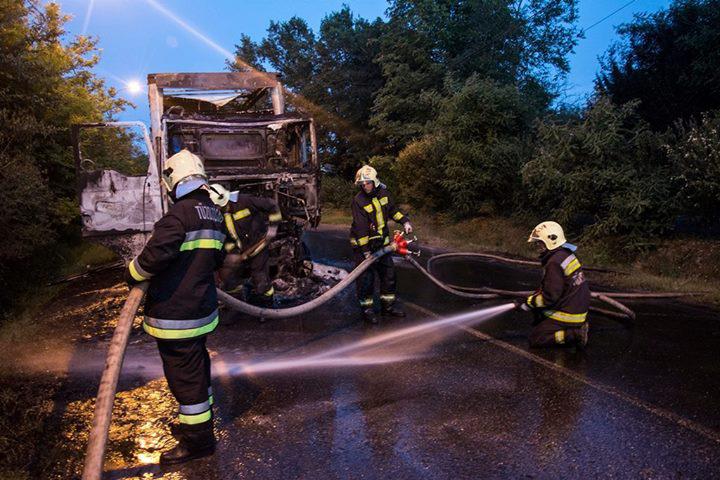 A tűz a jármű motorterében keletkezett, a lángok a vezetőfülkére és részben a bútorlapokkal megrakott pótkocsira is átterjedtek.
