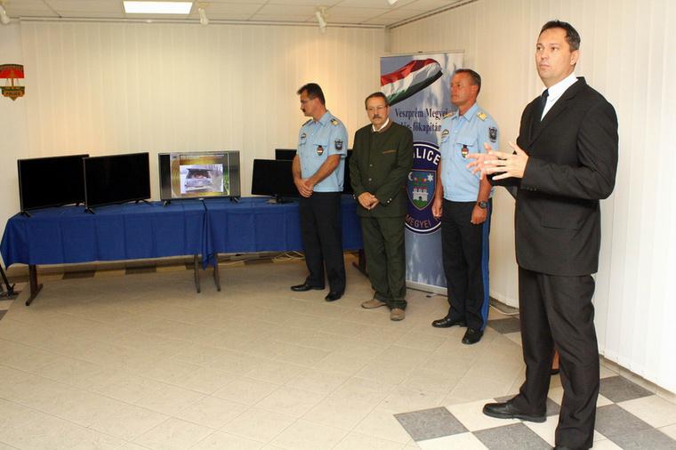 """Egyéb életképek: itt minden résztvevő megilletődötten veszi tudomásul, hogy """"a Veszprém Megyei Rendőr-főkapitányság 7 darab USB eszközt és annak befogadására alkalmas, nagy képernyős LCD televíziót kapott az Országos Magyar Vadászkamara Veszprém Megyei Területi Szervezetétől"""""""