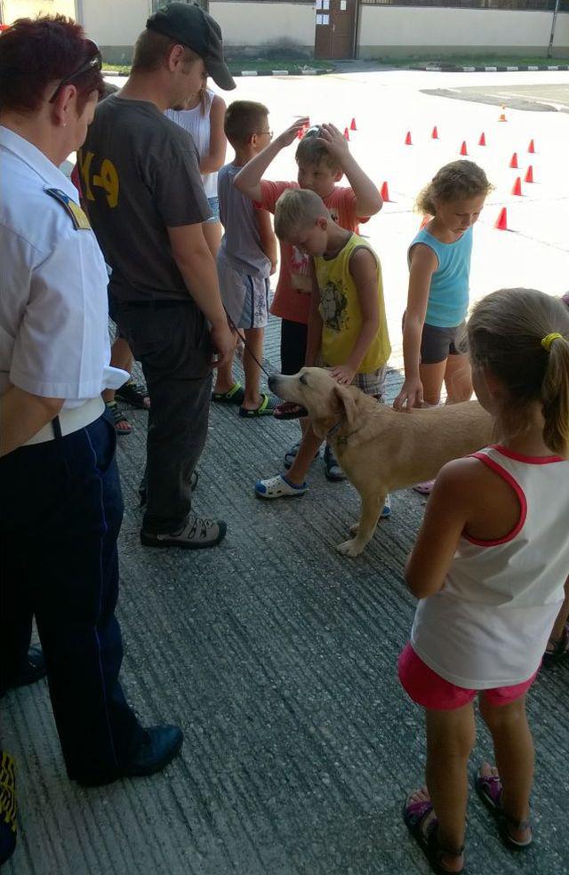 És szerencsére az elmúlt héten is volt gyerekfoglalkozás, cuki rendőrkutyával
