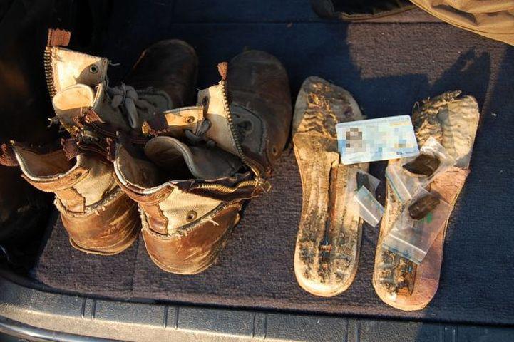Holland fiatal cipőjét láthatjuk